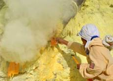 Harvesting sulphur at Ijen crater lake - sulphur miners in action
